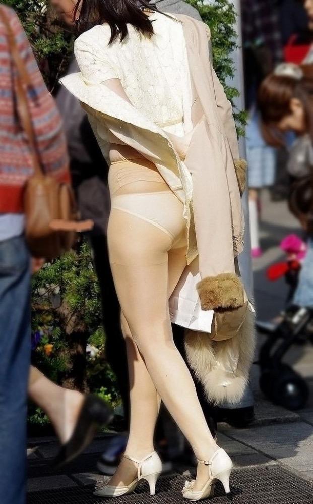 【春のパンチラ画像】暖かくなってスカートが短くなった女性を襲う春の強風ハプニング! 41