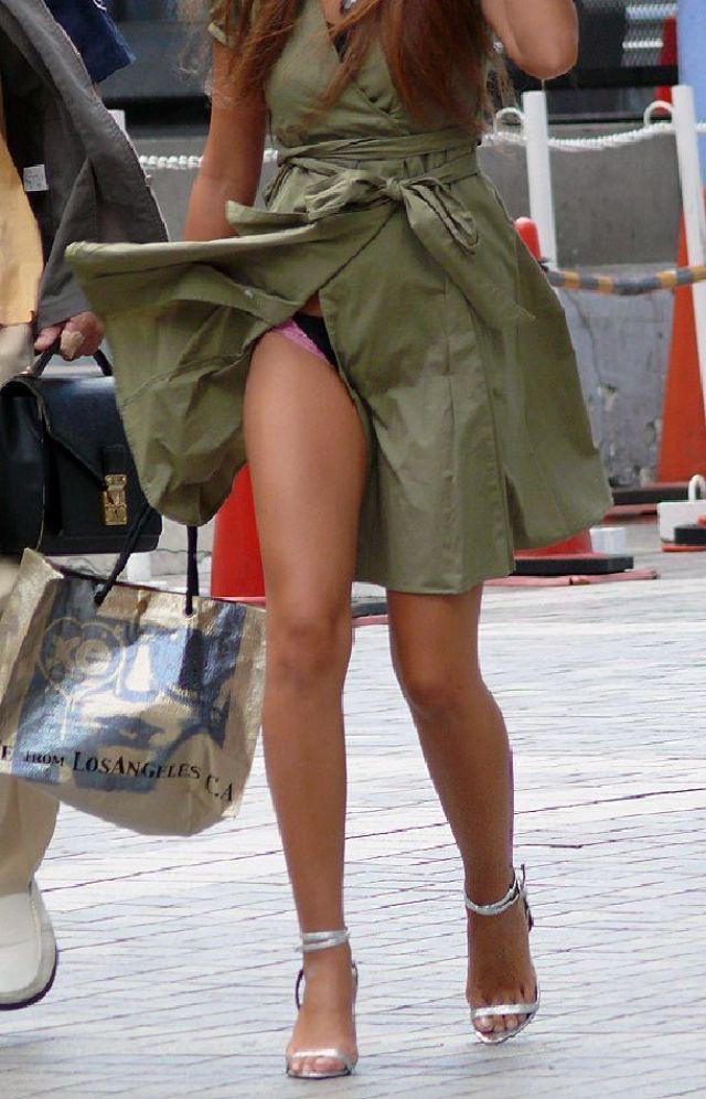 【春のパンチラ画像】暖かくなってスカートが短くなった女性を襲う春の強風ハプニング! 44