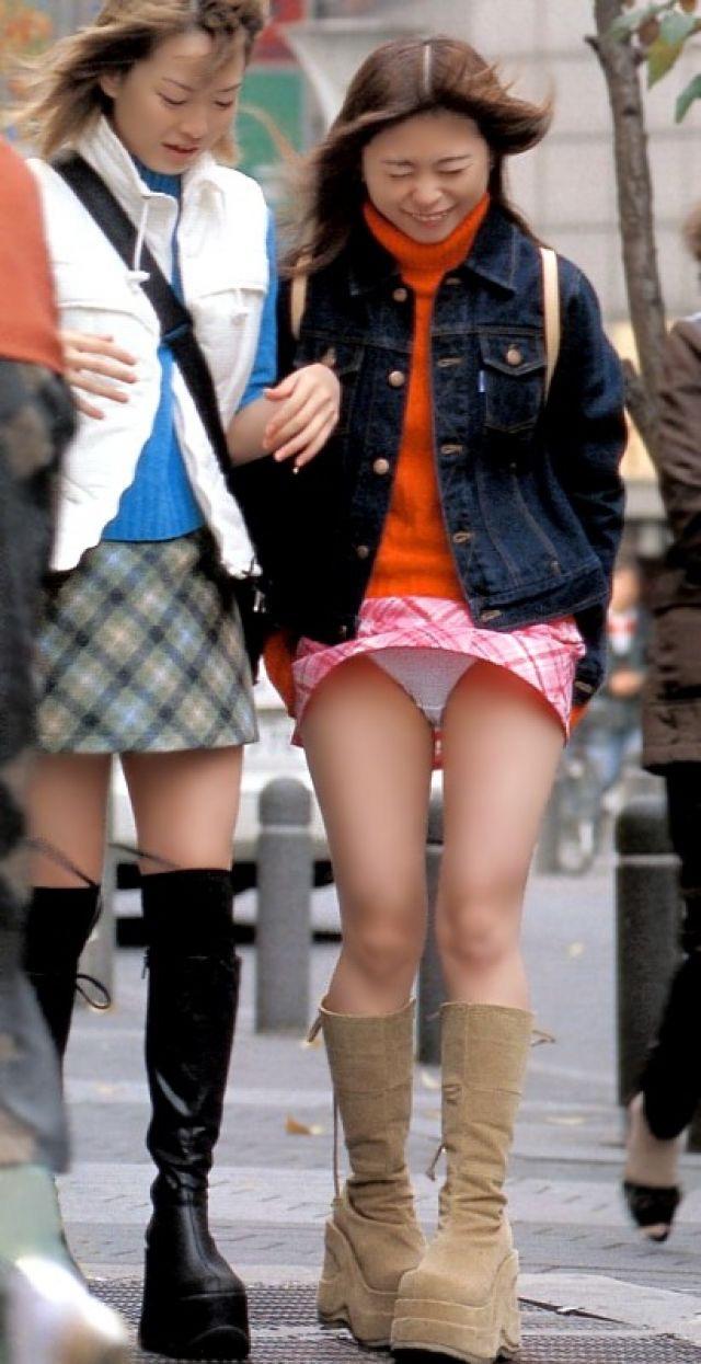 【春のパンチラ画像】暖かくなってスカートが短くなった女性を襲う春の強風ハプニング! 56