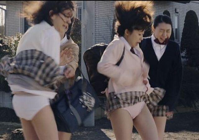 【春のパンチラ画像】暖かくなってスカートが短くなった女性を襲う春の強風ハプニング! 71