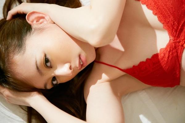 【秋山莉奈エロ画像】お尻から太ももにかけてのボディラインが結構エロい美尻グラドル