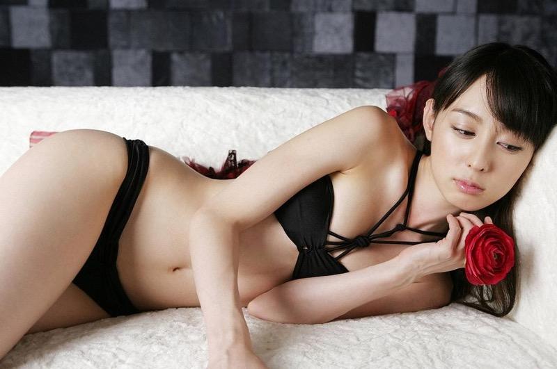 【秋山莉奈エロ画像】お尻から太ももにかけてのボディラインが結構エロい美尻グラドル 05