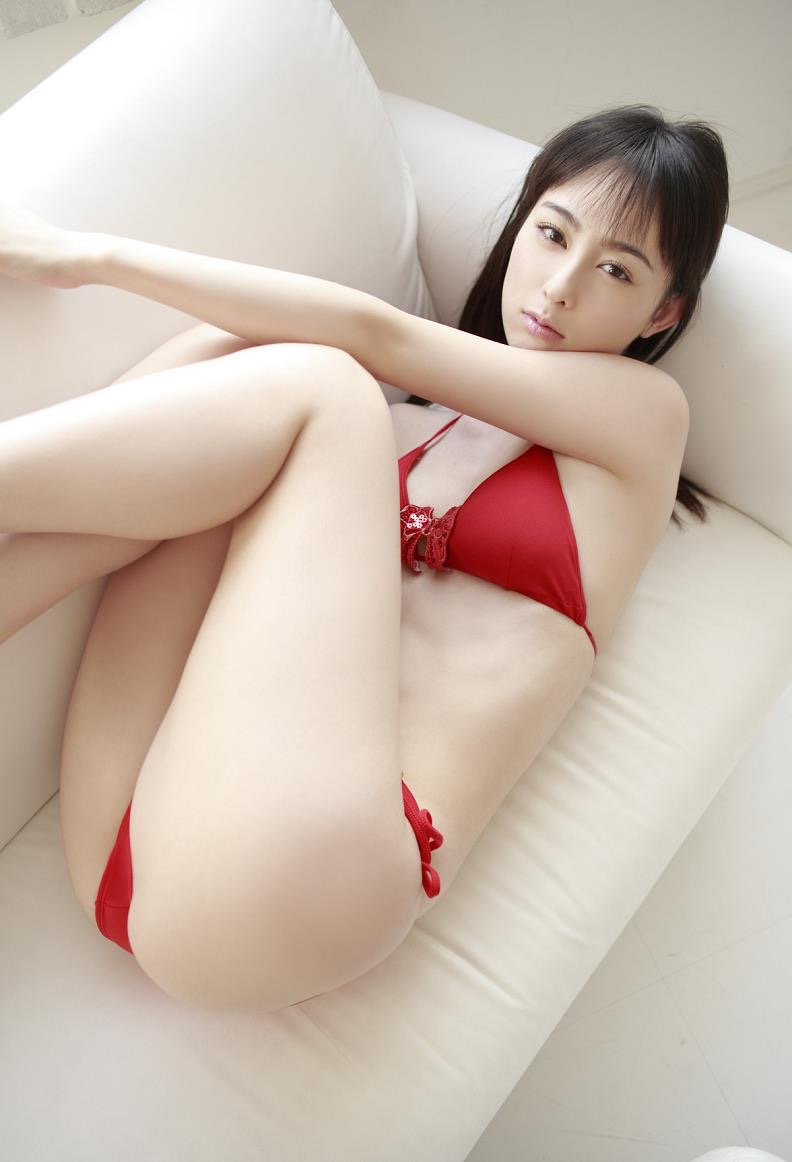 【秋山莉奈エロ画像】お尻から太ももにかけてのボディラインが結構エロい美尻グラドル 31