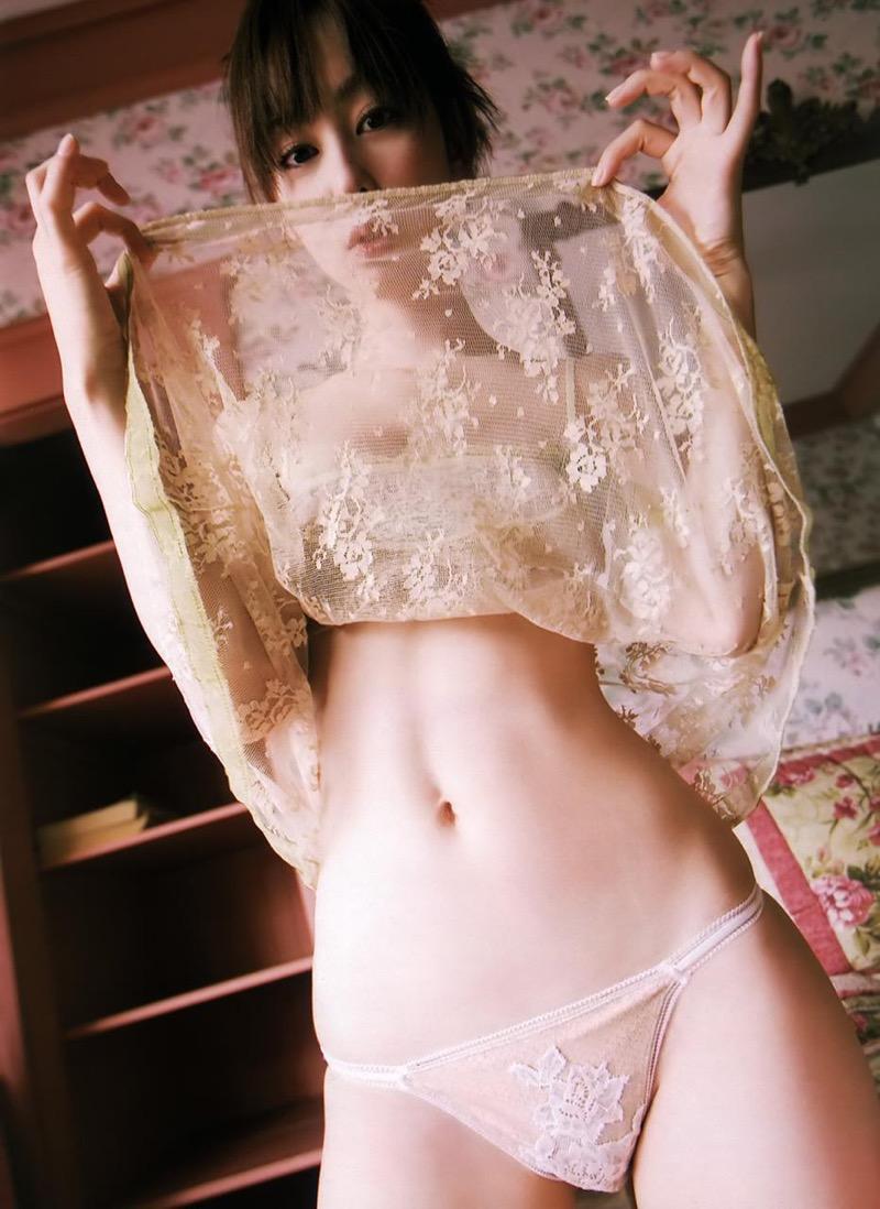 【秋山莉奈エロ画像】お尻から太ももにかけてのボディラインが結構エロい美尻グラドル 65