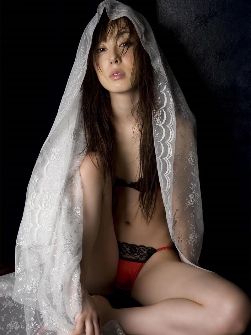 【秋山莉奈エロ画像】お尻から太ももにかけてのボディラインが結構エロい美尻グラドル 75