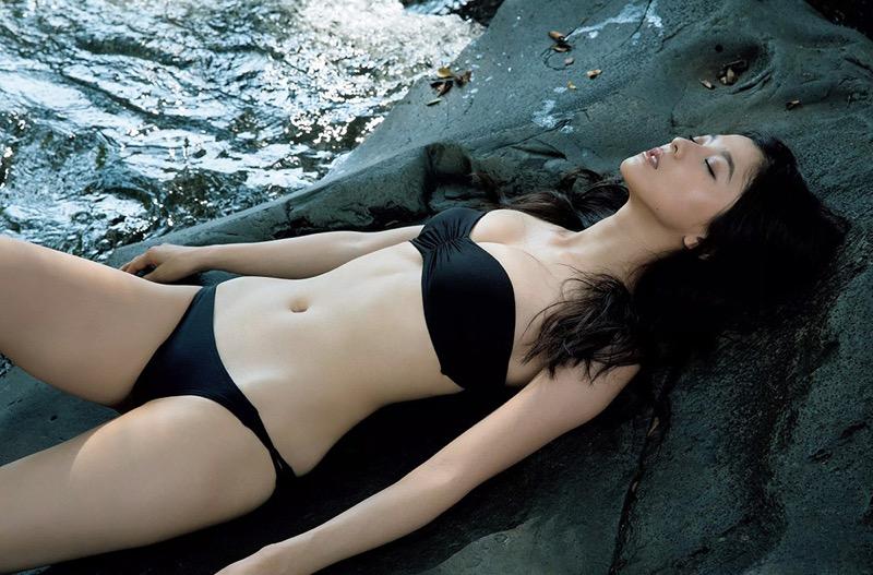 【朝比奈彩エロ画像】高身長ボディでビキニ姿が綺麗に映えるファッションモデルのグラビア! 03