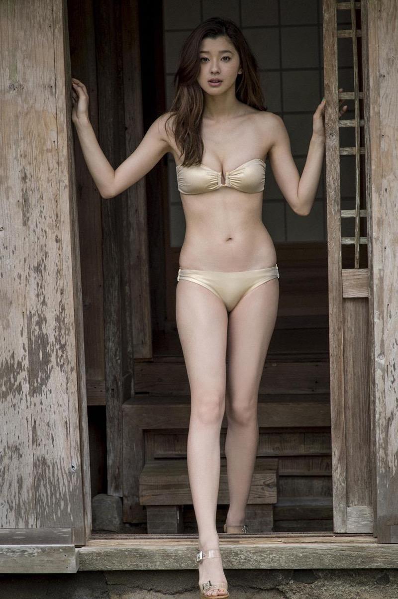 【朝比奈彩エロ画像】高身長ボディでビキニ姿が綺麗に映えるファッションモデルのグラビア! 22