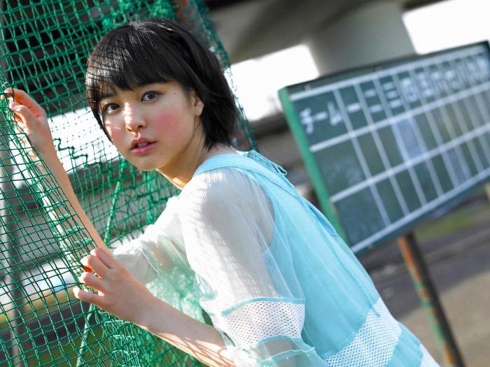 【荒井萌エロ画像】ショートヘアがとっても似合って可愛い童顔美少女のビキニ写真!