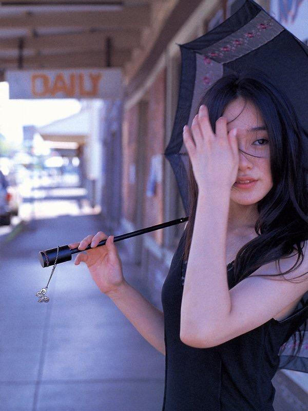 【山口紗弥加エロ画像】数多くのドラマに出演してきたベテラン女優の初々しい水着写真 15
