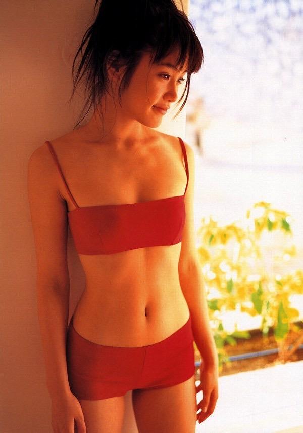 【山口紗弥加エロ画像】数多くのドラマに出演してきたベテラン女優の初々しい水着写真 42
