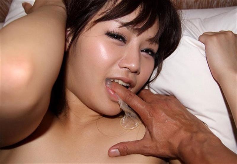 【ゴム付き美女エロ画像】ザーメンがたっぷり溜められたゴムを咥えて喜ぶド変態な美女! 43
