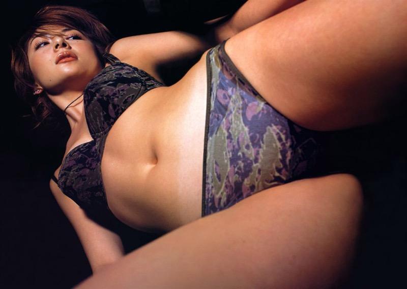 【松田純グラビア画像】セクシーな目線が魅力的なグラビアアイドルのノーブラ乳寄せ写真