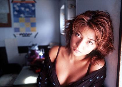 【松田純グラビア画像】セクシーな目線が魅力的なグラビアアイドルのノーブラ乳寄せ写真 03