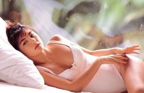 【松田純グラビア画像】セクシーな目線が魅力的なグラビアアイドルのノーブラ乳寄せ写真 04