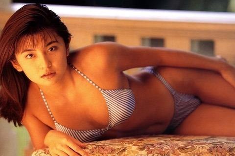 【松田純グラビア画像】セクシーな目線が魅力的なグラビアアイドルのノーブラ乳寄せ写真 06