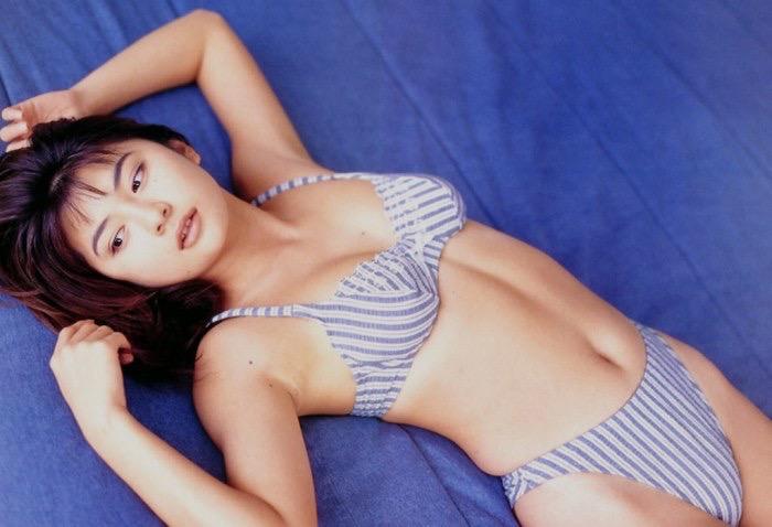 【松田純グラビア画像】セクシーな目線が魅力的なグラビアアイドルのノーブラ乳寄せ写真 12