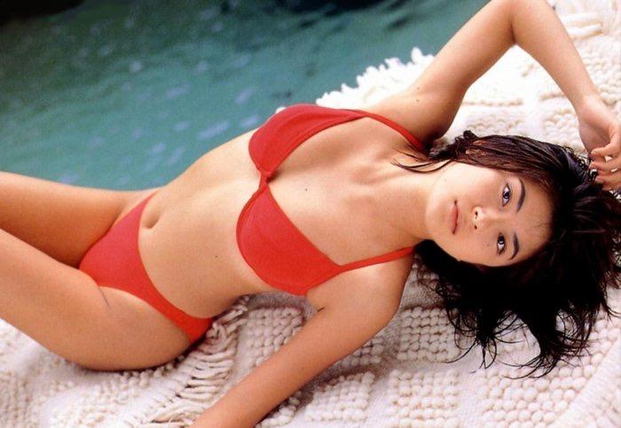 【松田純グラビア画像】セクシーな目線が魅力的なグラビアアイドルのノーブラ乳寄せ写真 13
