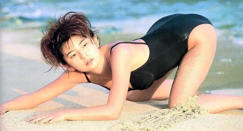 【松田純グラビア画像】セクシーな目線が魅力的なグラビアアイドルのノーブラ乳寄せ写真 15