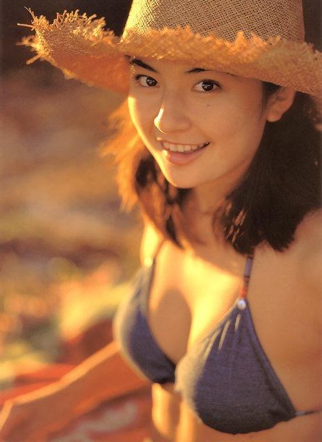 【松田純グラビア画像】セクシーな目線が魅力的なグラビアアイドルのノーブラ乳寄せ写真 32
