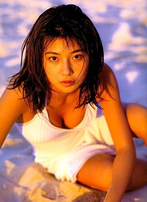 【松田純グラビア画像】セクシーな目線が魅力的なグラビアアイドルのノーブラ乳寄せ写真 34