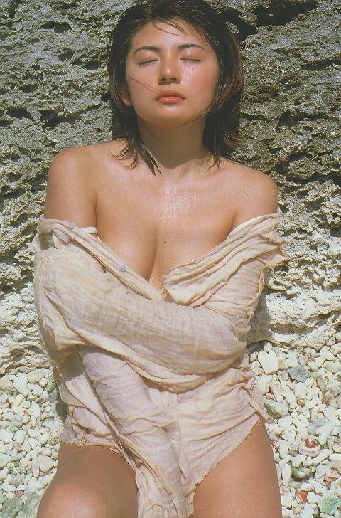 【松田純グラビア画像】セクシーな目線が魅力的なグラビアアイドルのノーブラ乳寄せ写真 41
