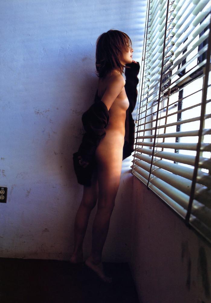 【松田純グラビア画像】セクシーな目線が魅力的なグラビアアイドルのノーブラ乳寄せ写真 66