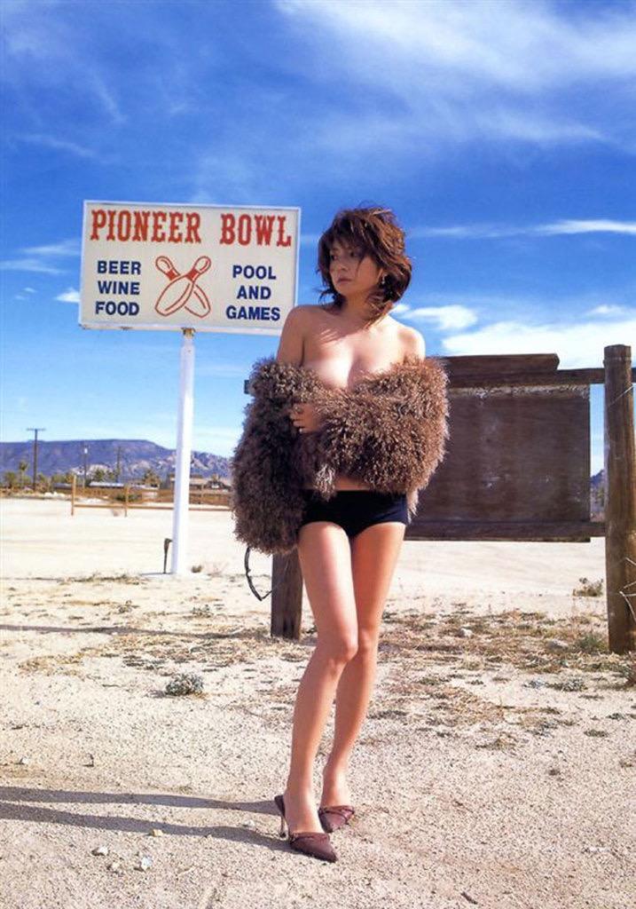 【松田純グラビア画像】セクシーな目線が魅力的なグラビアアイドルのノーブラ乳寄せ写真 78