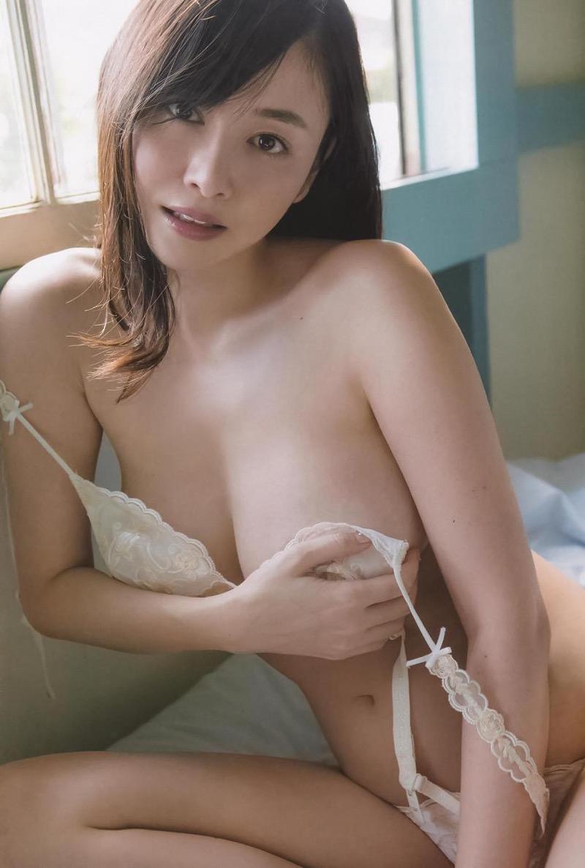 【杉原杏璃エロ画像】アラフォーが近付いてもまだまだ若くて綺麗な巨乳美人タレントのメイク術 32