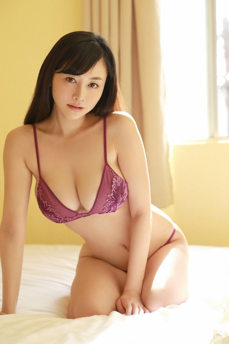 【杉原杏璃エロ画像】アラフォーが近付いてもまだまだ若くて綺麗な巨乳美人タレントのメイク術 39