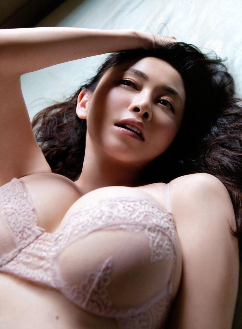 【杉原杏璃エロ画像】アラフォーが近付いてもまだまだ若くて綺麗な巨乳美人タレントのメイク術 49