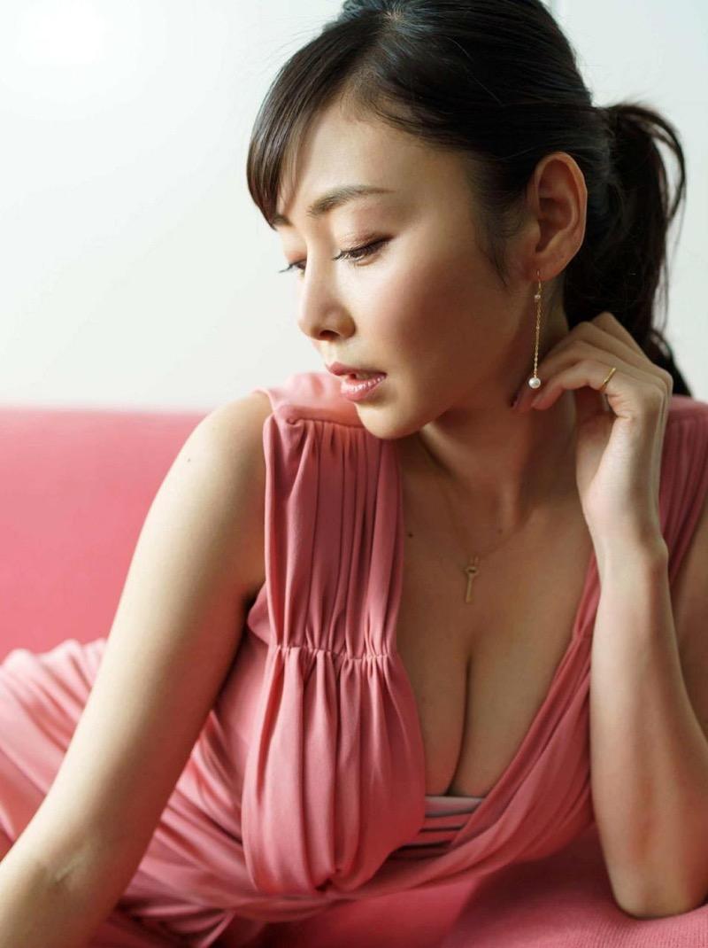【杉原杏璃エロ画像】アラフォーが近付いてもまだまだ若くて綺麗な巨乳美人タレントのメイク術 51