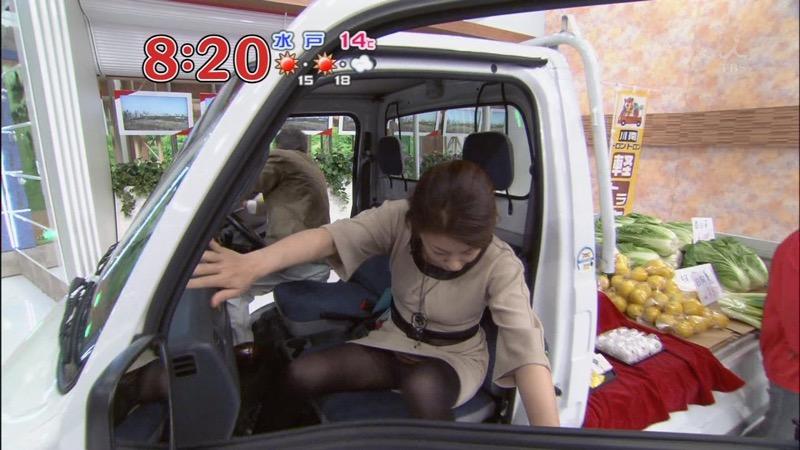 【女子アナキャプ画像】放映中に図らずもエッチな姿を晒してしまった女子アナ事故画像 15