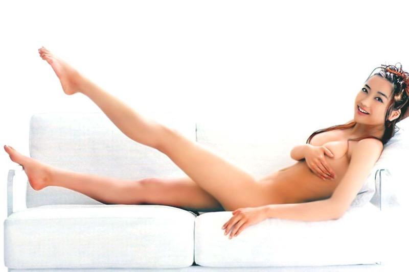 【グラドル手ブラ画像】ブラを着けずに手でオッパイを覆い隠した姿がエロいグラドル美女 07
