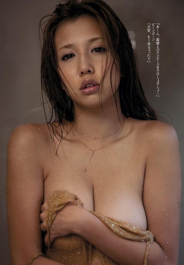 【グラドル手ブラ画像】ブラを着けずに手でオッパイを覆い隠した姿がエロいグラドル美女 18