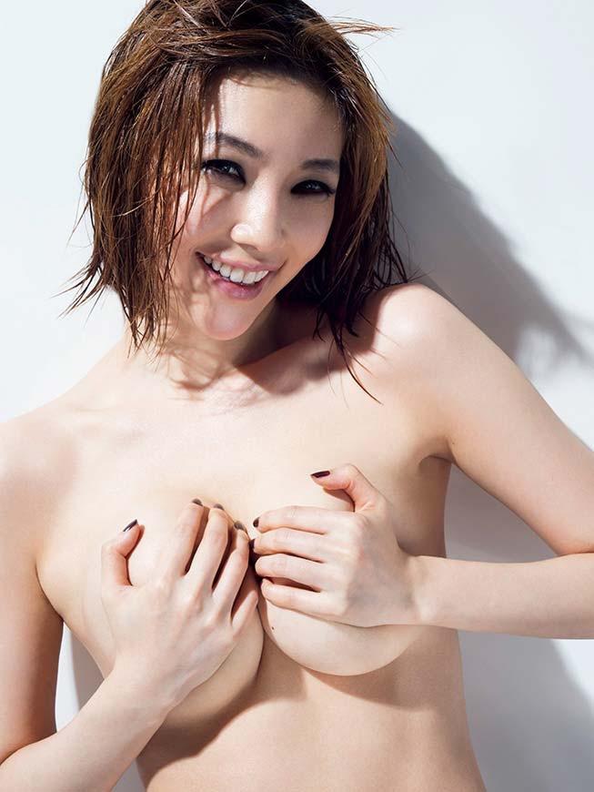 【グラドル手ブラ画像】ブラを着けずに手でオッパイを覆い隠した姿がエロいグラドル美女 21