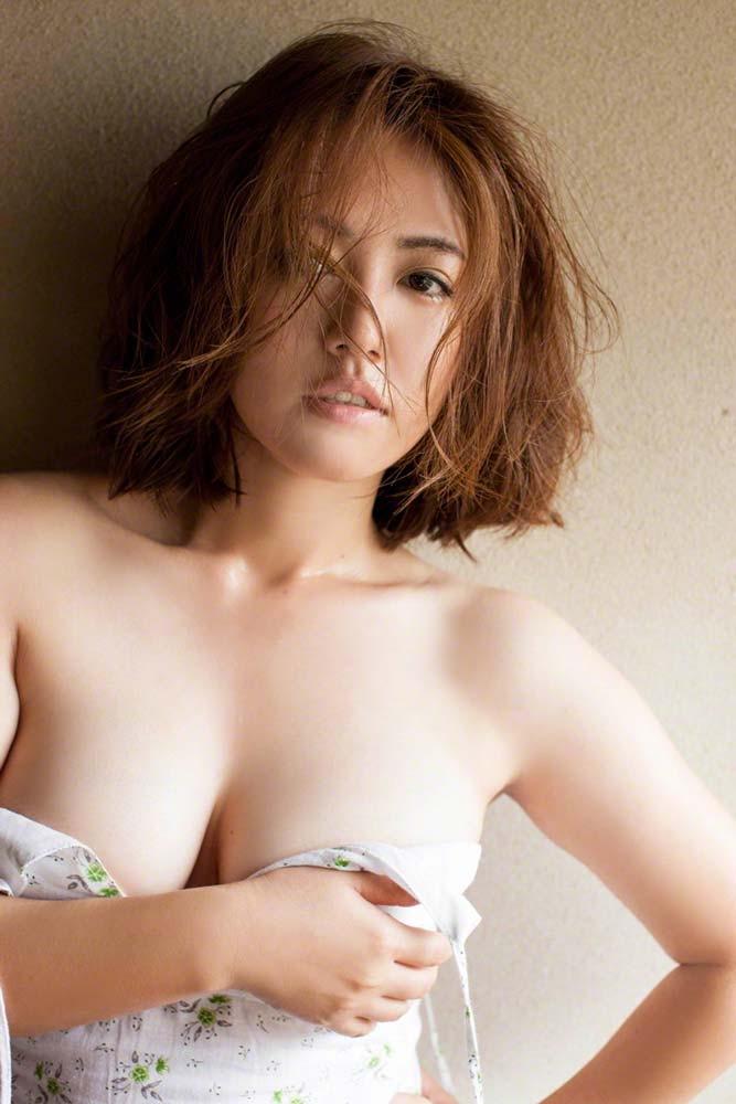 【グラドル手ブラ画像】ブラを着けずに手でオッパイを覆い隠した姿がエロいグラドル美女 31