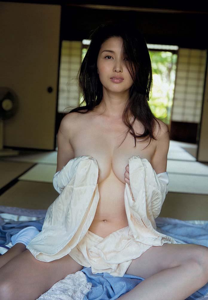 【グラドル手ブラ画像】ブラを着けずに手でオッパイを覆い隠した姿がエロいグラドル美女 41