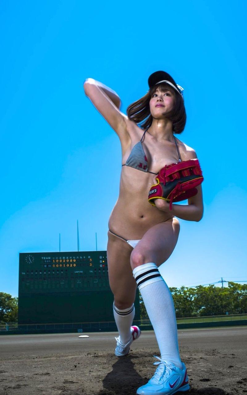 【稲村亜美グラビア画像】ビキニ姿でバットをフルスイングするスポーツ系グラビアアイドル 11