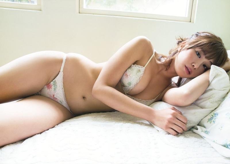 【稲村亜美グラビア画像】ビキニ姿でバットをフルスイングするスポーツ系グラビアアイドル 16