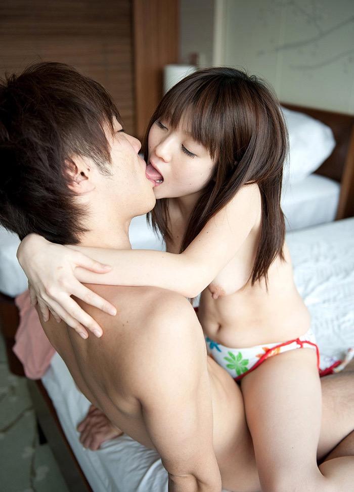 【キスの日エロ画像】優しいキスから濃厚キスまで美女と唇や舌を重ね合わせるキスシーン画像 09