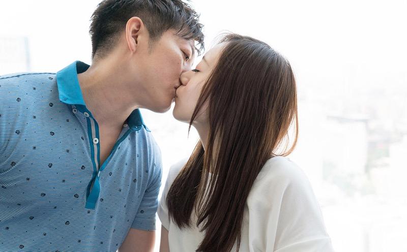 【キスの日エロ画像】優しいキスから濃厚キスまで美女と唇や舌を重ね合わせるキスシーン画像 43