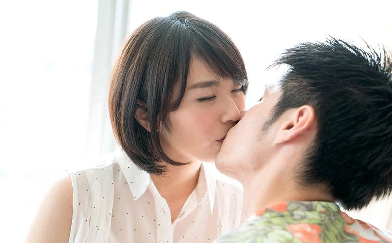 【キスの日エロ画像】優しいキスから濃厚キスまで美女と唇や舌を重ね合わせるキスシーン画像 61
