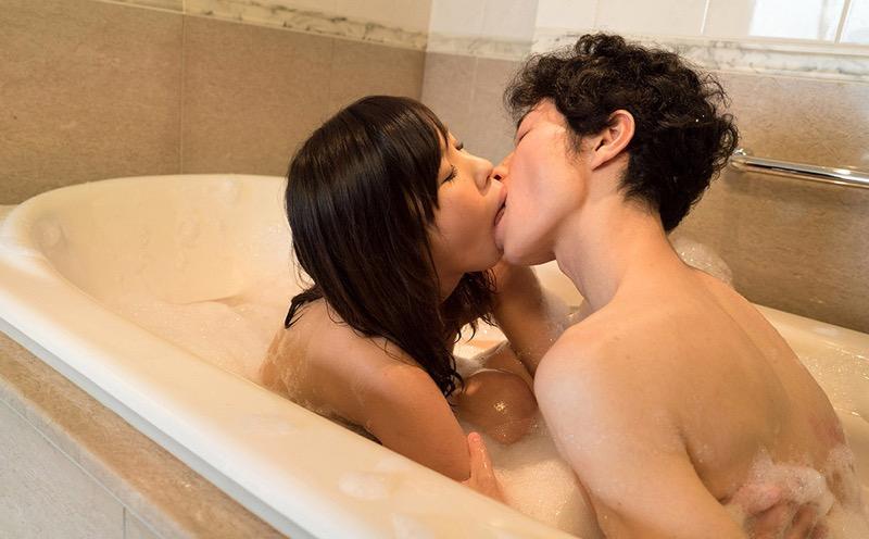 【キスの日エロ画像】優しいキスから濃厚キスまで美女と唇や舌を重ね合わせるキスシーン画像 63