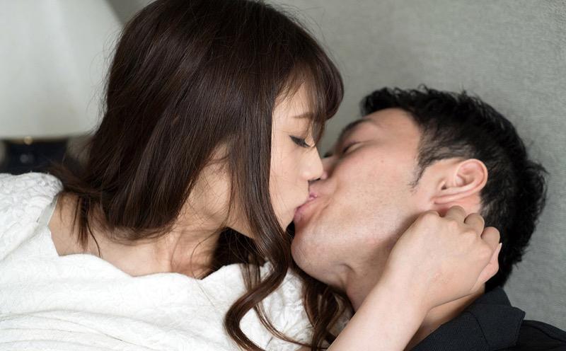 【キスの日エロ画像】優しいキスから濃厚キスまで美女と唇や舌を重ね合わせるキスシーン画像 65