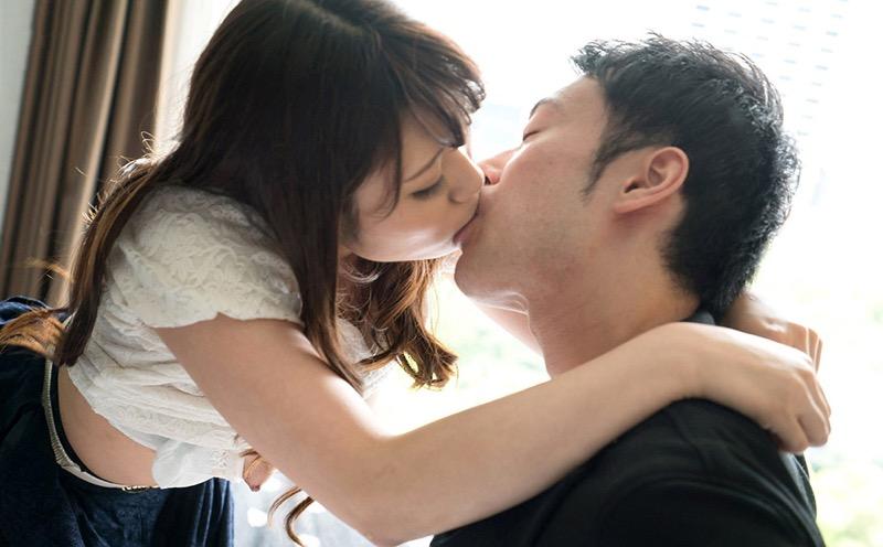 【キスの日エロ画像】優しいキスから濃厚キスまで美女と唇や舌を重ね合わせるキスシーン画像 67