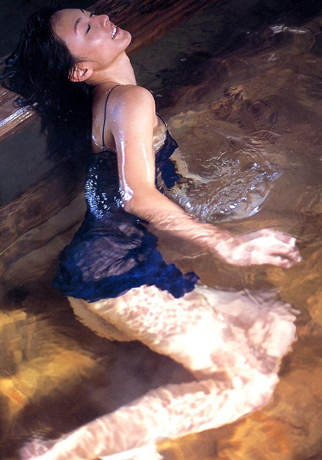 【遠野舞子グラビア画像】90年代に活躍したアイドル歌手が熟女グラドルとして復活するってマジ!? 17