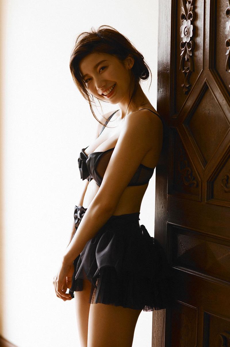 【小倉優香グラビア画像】パイズリさせたくなるGカップ巨乳娘の谷間がバッチリ拝めるエロ画像 34