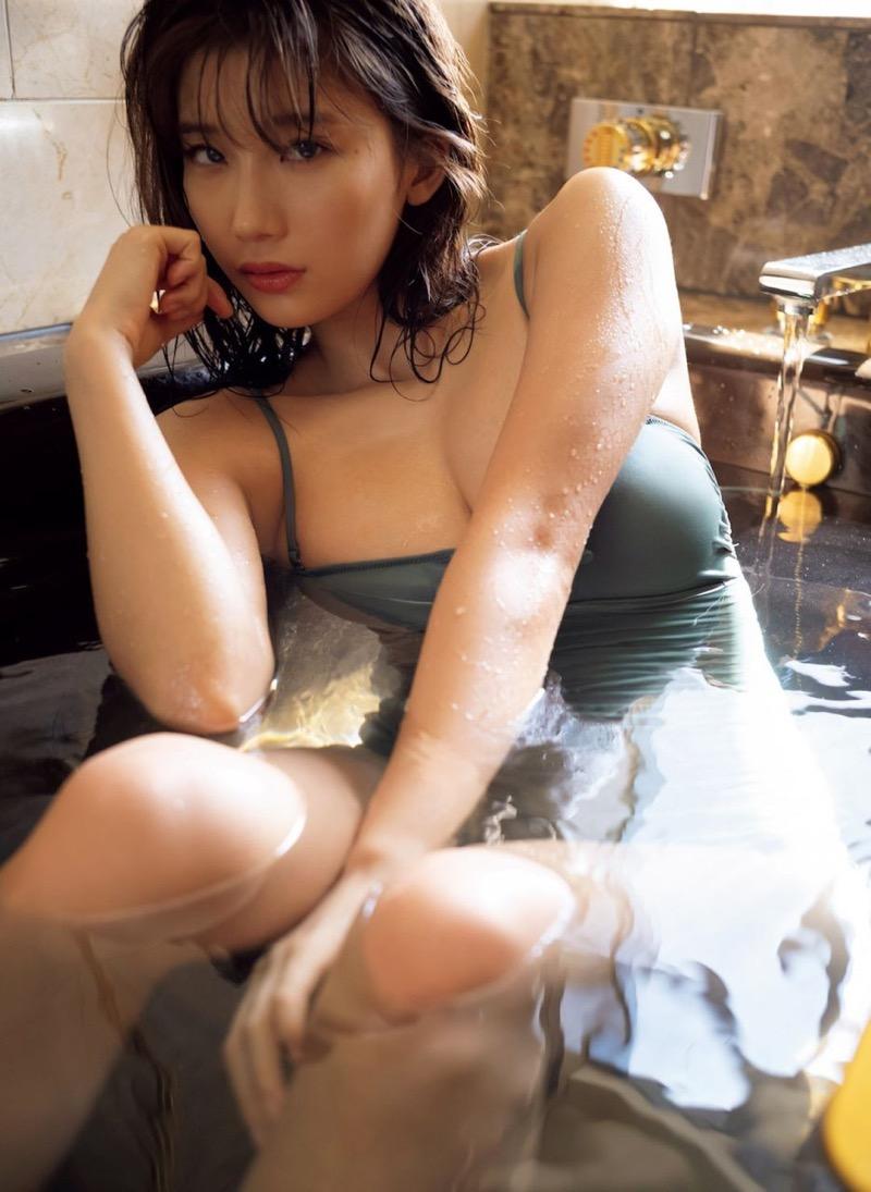 【小倉優香グラビア画像】パイズリさせたくなるGカップ巨乳娘の谷間がバッチリ拝めるエロ画像 51