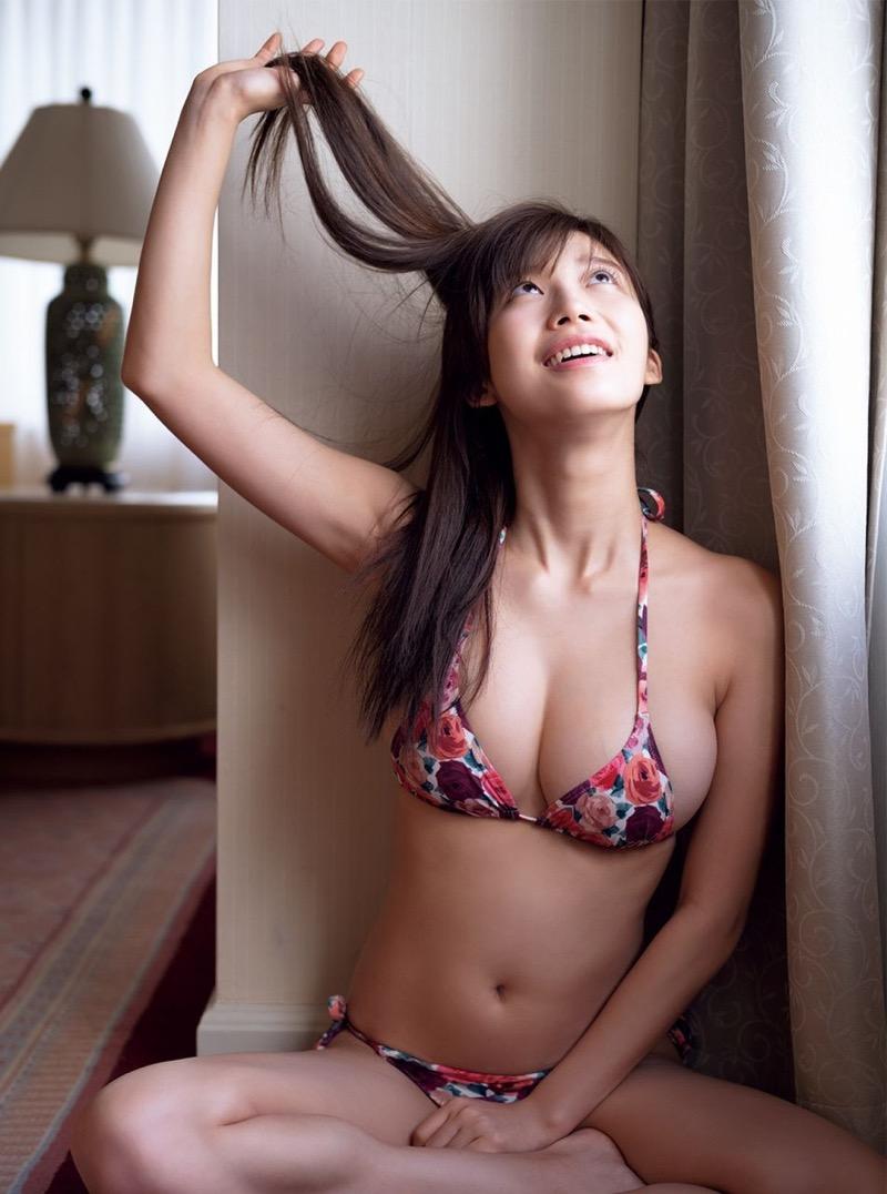 【小倉優香グラビア画像】パイズリさせたくなるGカップ巨乳娘の谷間がバッチリ拝めるエロ画像 54