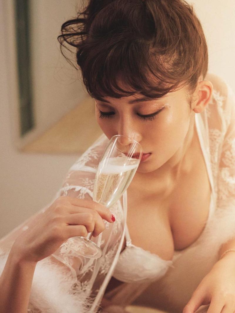 【小倉優香グラビア画像】パイズリさせたくなるGカップ巨乳娘の谷間がバッチリ拝めるエロ画像 56